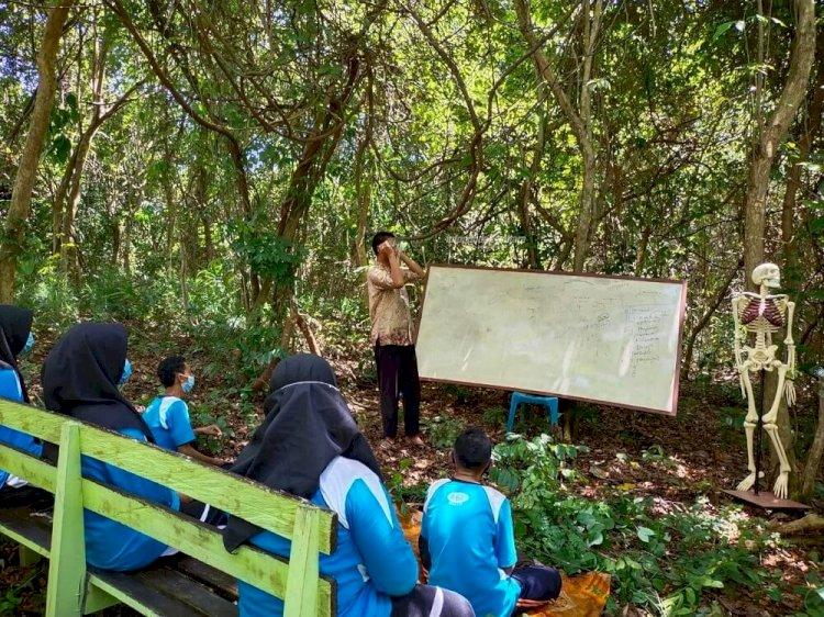Guru Biologi Sulap Hutan Bersampah jadi Laboratorium Alam