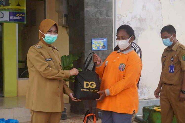 Ratusan Paket Sembako Dibagikan kepada Petugas Kebersihan